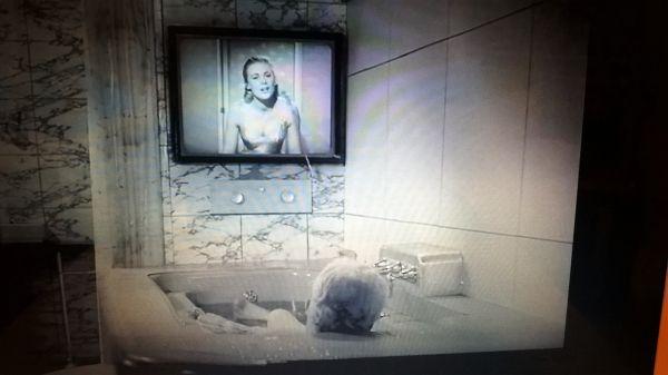 """Der Ursprung des Flachfernsehgerätes ist entdeckt: 1957 – Gesehen: Im Film """"A King in New York"""" Der Spaß zum Ernst."""